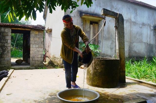 Thiếu nước trầm trọng, người dân phải chắt chiu từng giọt, thậm chí phải dùng nước cặn đục nữa.