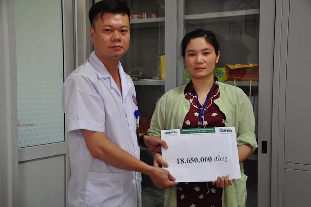 Cán bộ phòng CTXH bệnh viện K trao quà của bạn đọc báo điện tử Dân trí đến chị Hà.