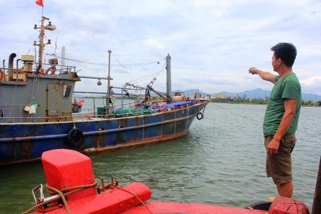 Một ngư dân ở TP Đồng Hới, tỉnh Quảng Bình xót xa khi nhìn vào con tàu vỏ thép mới đầu tư hàng chục tỷ đồng đã hư hỏng nặng, ra khơi không mang lại hiểu quả