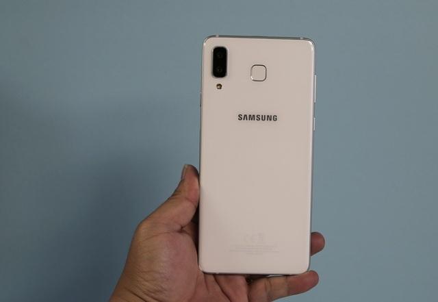 Vẫn sử dụng chất liệu kim loại nguyên khối và kính cường lực để cấu thành sản phẩm. Nhưng trên Galaxy A8 Star, hãng tạo điểm nhấn với lối thiết kế camera đặt dọc nằm sang cạnh trái tựa iPhone X. Khác biệt nhiều nhất trong mặt lưng đối với iPhone đó là cảm biến vân tay được trang bị.