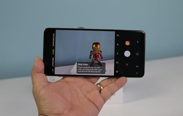 Samsung tích hợp phía trên màn hình là hệ thống camera selfie độ phân giải 24 MP, khẩu độ F/2.0, hỗ trợ các công nghệ selfie hiện nay của Samsung như Smart Beauty - hiệu chỉnh làm đẹp chủ động cho gương mặt; Prolighting - tinh chỉnh ánh sáng studio và tính năng Selfie Focus - nhận diện khuôn mặt trong khung cảnh, kiểm soát độ mờ của hậu cảnh...