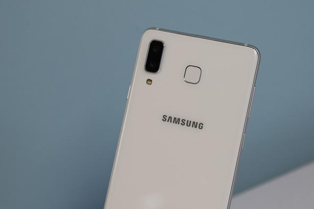 Galaxy A8 Star trang bị hệ thống camera kép phía sau độ phân giải 24 MP khẩu độ F/1.7 và 16 MP khẩu độ F/1.7. Với khẩu độ lớn giúp cho máy có thể bắt được hình ảnh rõ nét hơn trong nhiều điều kiện ánh sáng.