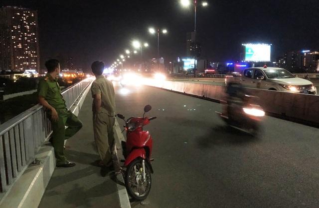 Chiếc xe máy của nam thanh niên bỏ lại tại hiện trường trên cầu Sài Gòn.