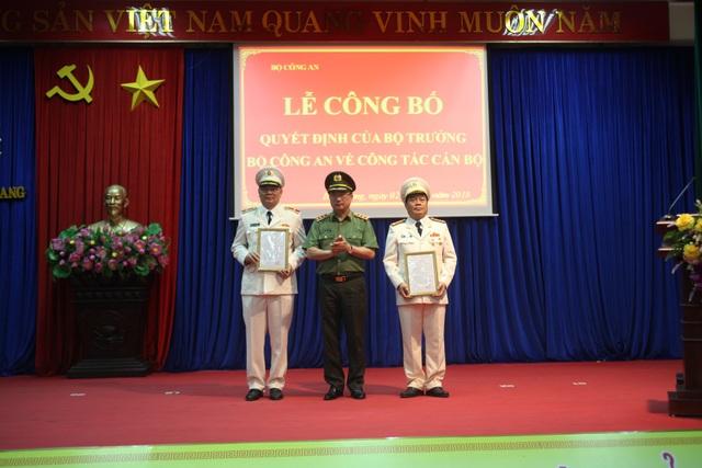 Thượng tướng Nguyễn Văn Thành, Ủy viên trung ương Đảng, Thứ trưởng Bộ Công an (giữa) trao quyết định điều động, bổ nhiệm cho Thiếu tướng Tô Ân Xô và Đại tá Phạm Mạnh Thường.