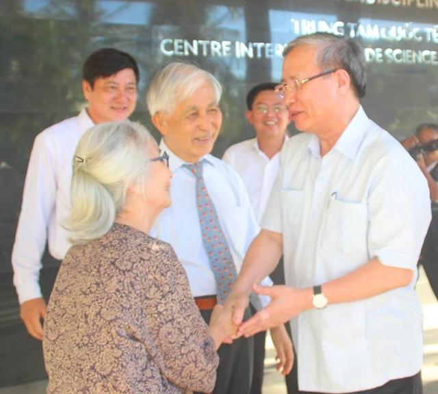 Ông Trần Quốc Vượng bày tỏ sự ngưỡng mộ đối với vợ chồng GS. Trần Thanh Vân và GS. Lê Kim Ngọc.