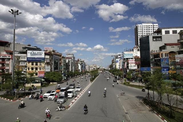 Bầu trời xanh quen thuộc đã xuất hiện nhiều ngày nay khi thời tiết Hà Nội luôn ở mức gần 40 độ C. Khi hơi nóng bốc lên, nhiệt độ thực tế trên mặt đường có khi lên tới 45 - 50 độ C.