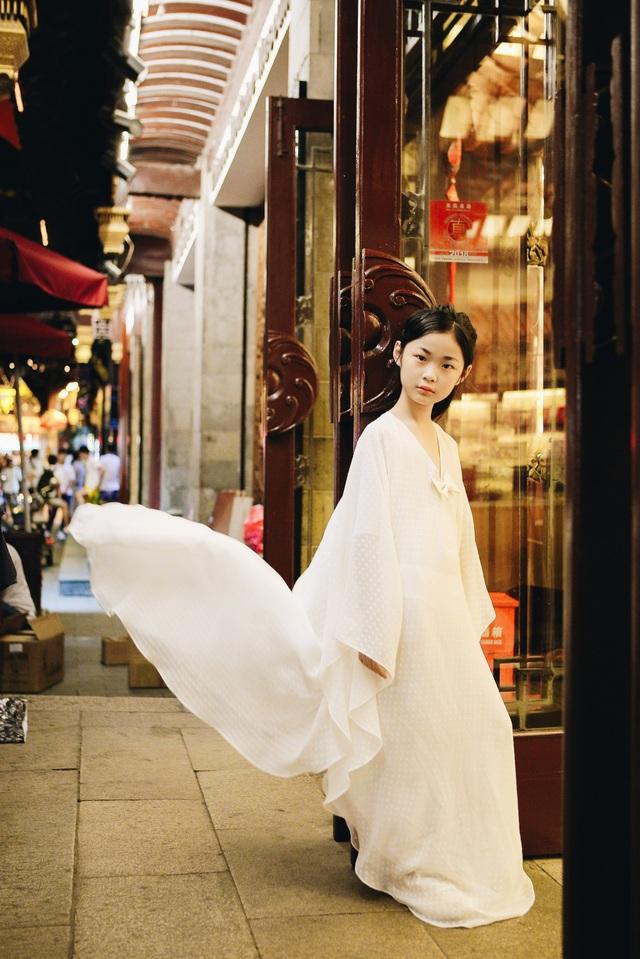 Tính đến thời điểm hiện tại, Dịch Huyên đã xuất hiện trong hàng loạt show diễn thời trang lớn nhỏ khác nhau như show diễn của một số NTK Trung Quốc, NTK Việt Nam,…