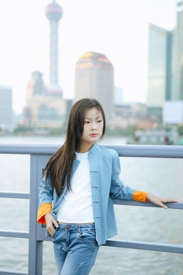 Được biết trong tháng 6 vừa qua, Dịch Huyên là một trong 3 gương mặt người mẫu nhí tại Việt Nam được tuyển chọn tham gia chuyến đi khám phá Thượng Hải.