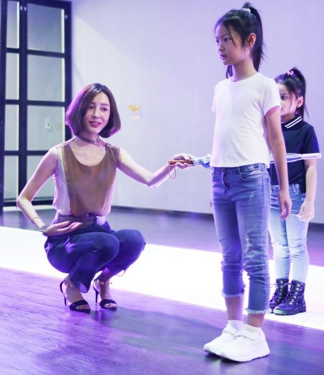 Ngay từ khi chỉ mới 8 tuổi, cô bé đã được gia đình cho tham gia những khoá học năng khiếu để tự tin hơn khi đứng trước đám đông và thể hiện bản lĩnh cũng như tài năng của chính mình.