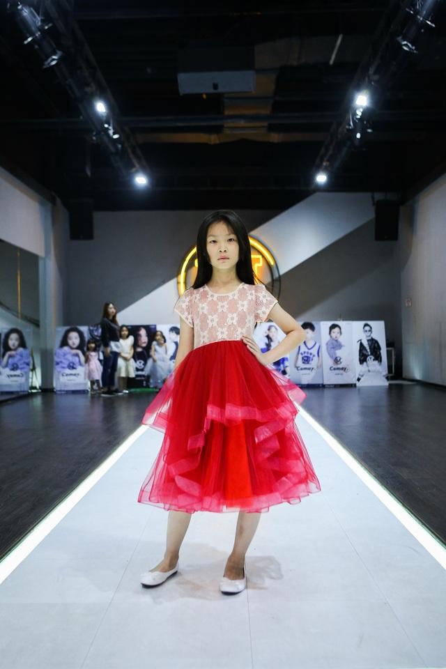 Dù còn khá nhỏ tuổi nhưng Ngô Dịch Huyên đã sải bước trên nhiều sàn catwalk lớn nhỏ khác nhau. Không những vậy, cô bé này còn sở hữu nhan sắc lẫn thần thái vô cùng tiềm năng.