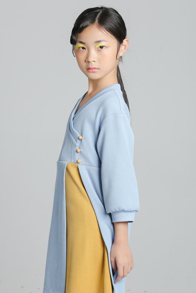 Mẹ của Dịch Huyên là người Việt, bố là người Trung Quốc. Ngoài ra Dịch Huyên còn có một em gái đáng yêu tên là Ngô Đình Nhi.