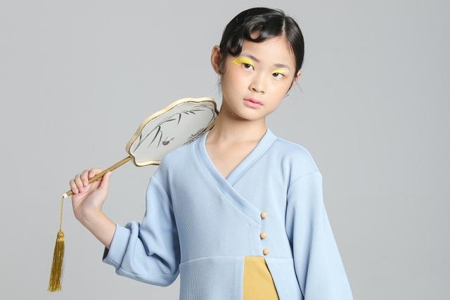 Dịch Huyên sinh ngày 3/12/2008, năm nay tròn 10 tuổi và mang trong mình hai dòng máu lai Việt Nam - Trung Quốc.