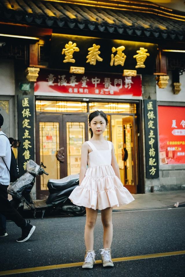 Cô bé đã được trải nghiệm một loạt những hoạt động thú vị như: Chụp lookbook cho bộ sưu tập Thu - Đông, tham quan xưởng sản xuất trang phục, chụp ảnh streetstyle và đặc biệt là gặp gỡ và tham gia khoá đào tạo cùng siêu mẫu Miranda Jiang để chuẩn bị cho International Fashion Week 2018 và Cuộc thi Siêu mẫu 2018.