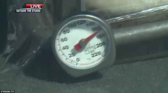 Nhiệt kế trong xe hơi đã quay đến số 170 độ F (hơn 70 độ C). (Ảnh: WSAW TV)