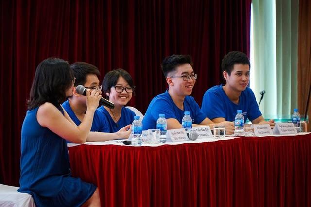 Các diễn giả chia sẻ chiến lược nộp hồ sơ nhằm tối ưu hóa khả năng giành học bổng.