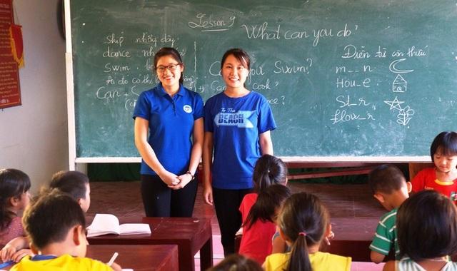 Hai sinh viên Nguyễn Thị Như Quỳnh và Nguyễn Thị Thanh Nga , suốt 4 năm liền về quê dạy chữ miễn phí cho các em học sinh nghèo.