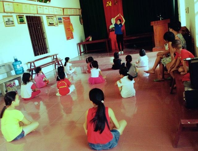 Hai bạn còn dạy múa cho các em.