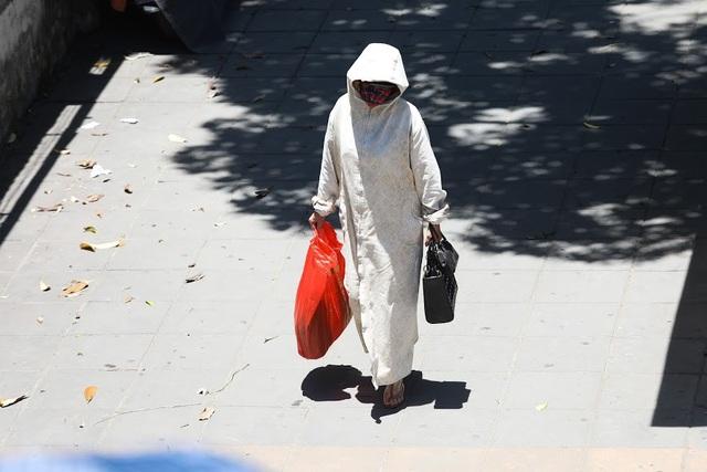 Thời trang ngày nắng độc đáo phổ biến trên đường phố của chị em phụ nữ
