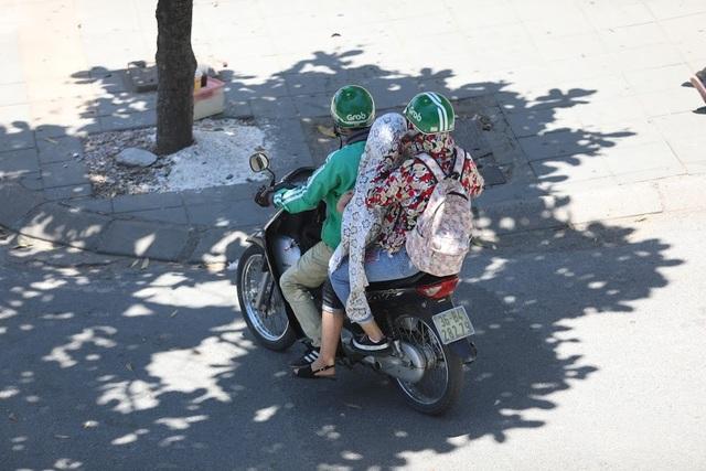 Các bóng cây xanh trên đường được xem là nơi trốn nắng lý tưởng cho người tham gia giao thông