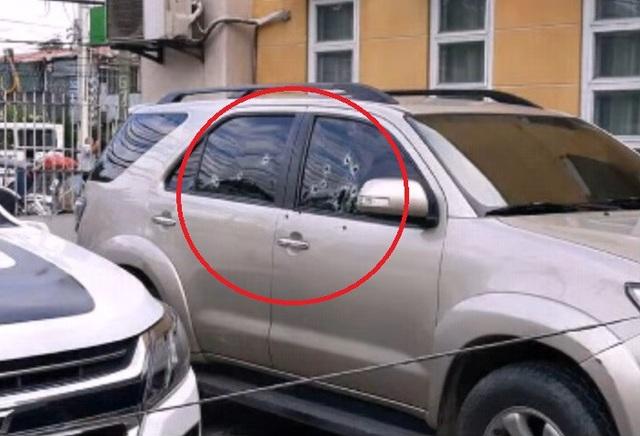 Các vết đạn trên ô tô của ông Bote (Ảnh chụp màn hình)