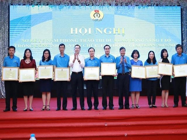 Đại diện Tổng LĐLĐ VN trao bằng khen tới các công nhân viên lao động có sáng kiến