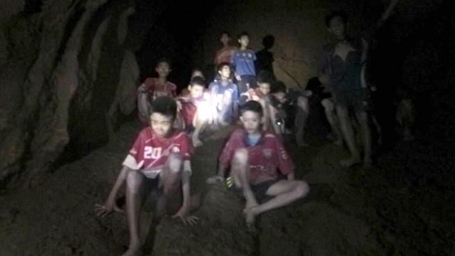 Điều kỳ diệu đã xảy ra, tối 2/7, các thợ lặn đã tìm thấy tất cả 13 thành viên đội bóng còn sống sót ở một mô đất cách cửa hang khoảng 4km. (Ảnh: ThaiNavy SEAL)