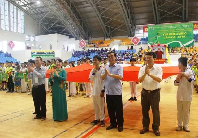 Ban tổ chức tặng hoa cho các đơn vị tham dự giải