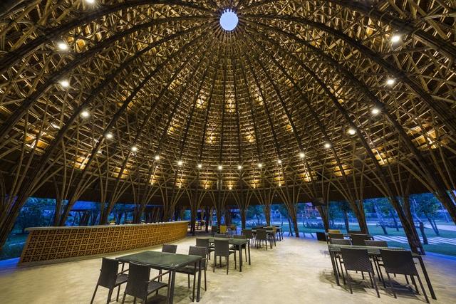 Nhà vòm lớn nhất (283m2) có chiều cao 15.6m được sử dụng làm quán cà phê. Hai nhà vòm - mỗi nhà 227m2 với chiều cao 12.5m và hai nhà khác - mỗi nhà 164m2, chiều cao 10.5m được sử dụng làm không gian chờ và tiền sảnh đón khách cho hội trường.