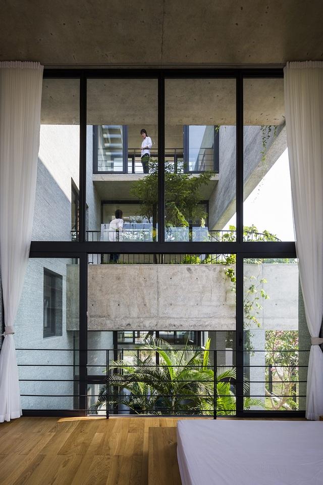 Bình House - Ngôi nhà là một trong chuỗi dự án nhà cho cây với mục đích góp phần xanh hóa đô thị trong bối cảnh diện tích cây xanh trên đầu người tại các thành phố lớn ở Việt Nam rất thấp.