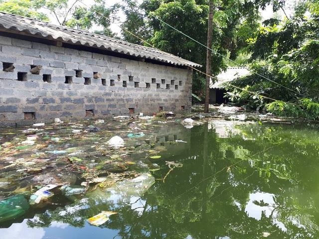 Cuộc sống của người dân ở đây bị đảo lộn hoàn toàn, nhiều hộ phải di tản chuyển đến ở nhờ nhà người thân do nước và rác thải tràn ngập vào nhà