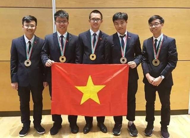 Em Nguyễn Ngọc Long (thứ 2 từ trái sang) giành huy chương Vàng Olympic Vật lý quốc tế năm 2018