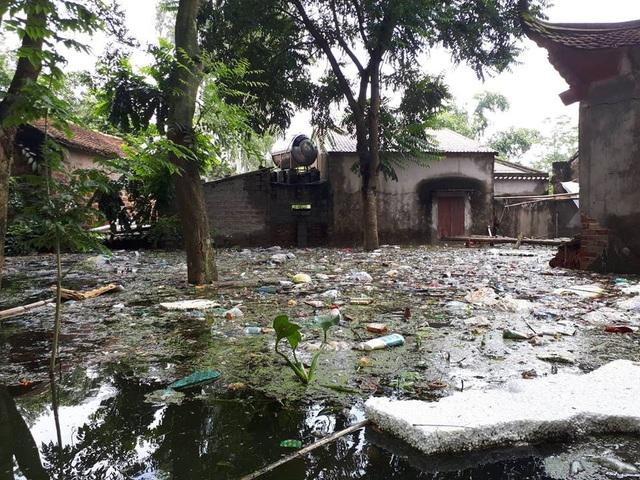 Người dân ở đây phản ánh, trước ngày mưa lũ tràn về, rác thải không được đơn vị thu gom thu dọn kịp nên khi lũ lên, rác từ bãi tập kết theo dòng nước trôi hết về khu vực nhà dân.