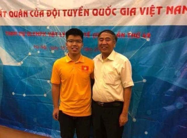 Em Nguyễn Ngọc Long và thầy giáo Lê Văn Hoành