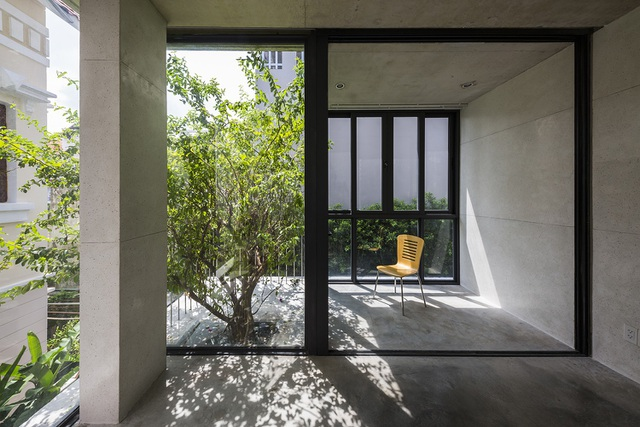 Ngôi nhà được thiết kế cho một gia đình người Việt điển hình với ba thế hệ. Mỗi chức năng riêng được đặt trong các khối bê tông và được xếp chồng lên nhau một cách ngẫu nhiên. Các sàn bê tông ngang từng tầng là các sânđể trồng cây. Những không gian bán ngoài trời này là phòng khách và nhà ăn, chính là không gian cho mọi người quây quần.