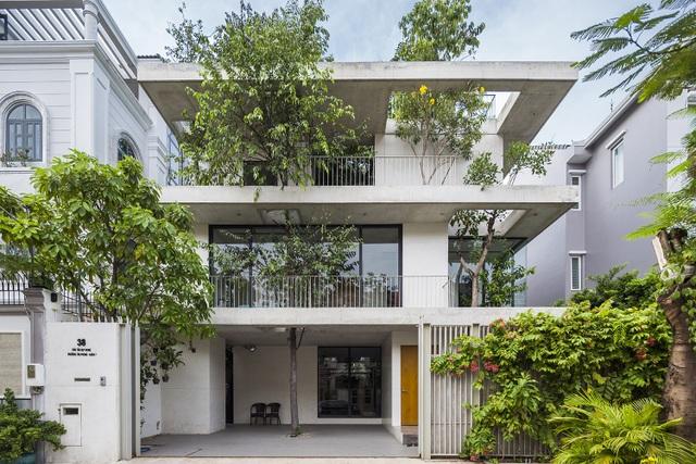 KTS. Võ Trọng Nghĩa và các cộng sự đang phát triển một loạt các dự án nhà ở, Nhà cho cây, tạo ra không gian xanh trong những khu phố chật chội. Là dự án gần đây nhất trong chuỗi công trình này, Nhà chậu xếp tầng nỗ lực mang màu xanh trở lại cho thành phố và tạo ra sự liên kết gần gũi giữa con người và thiên nhiên.
