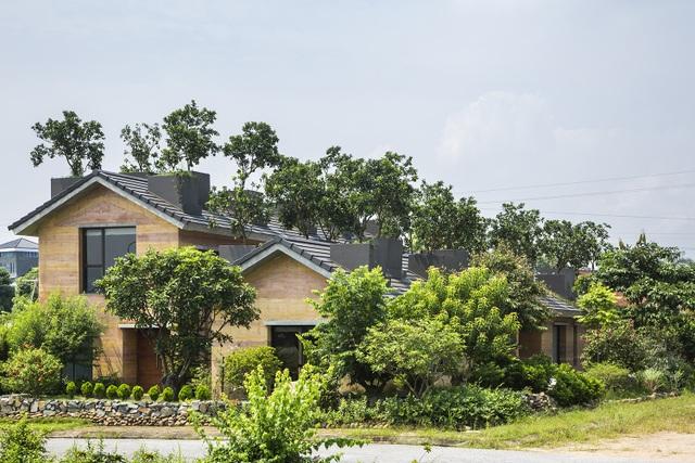 Nhà được thiết kế mái dốc, phù hợp với khí hậu nhiệt đới gió mùa của Việt Nam. Tường đất được xây dày 350mm, xây cao 2 tầng, không có cột bê-tông. Nhiều loại đất tạo ra được các vân màu đất khác nhau, khiến công trình có một bề ngoài mới lạ, khác biệt. Đất sau khi được lấy về, được sàng lọc, xay nhỏ, sau đó được trộn thêm với xi măng, phụ gia rồi được cho vào hệ ván cốp pha và đầm chặt. Kết quả được những bức tường đất mịn màng, thẩm mỹ đẹp, khả năng chịu lực cao.