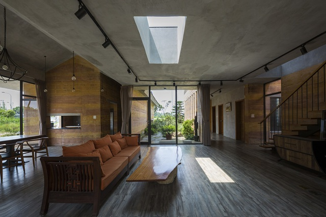 Công trình nhà ở Đông Anh nằm trong khu đất rộng 800m2, diện tích xây dựng 500m2, chiều cao 2 tầng. Chủ nhà là một gia đình có đông thành viên, nên yêu cầu về các không gian riêng tư, phòng ngủ nhiều những vẫn cần đảm bảo các không gian chung kết nối các thành viên trong gia đình.