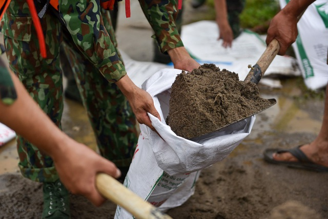 Đồng chí Vũ Bá Trường (lữ đoàn 201 binh chủng tăng thiết giáp) cho biết quân số được của đơn vị được huy động để giúp nhân dân ứng phó với nước dâng cao, cố gắng không để nước tràn qua đê.