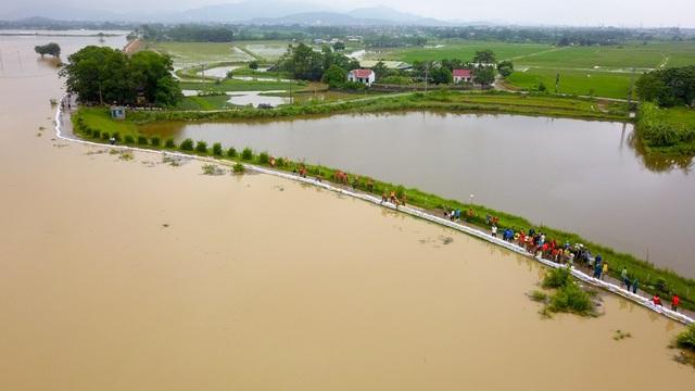 Sau trận mưa đêm qua đê khu vực sông Nứa( Chương Mỹ, Hà Nội) tiếp tục dâng cao, nguy cơ tràn đê lớn. Sáng nay 30/9, quân và dân huyện Chương Mỹ đã tập chung hộ đê chánh nước tràn đê.