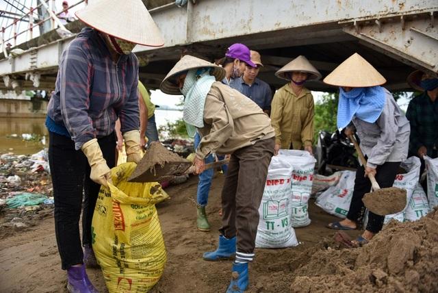 Nguy cơ nếu nước tiếp tục dâng cao sẽ tràn qua đê sông Nữa, các xã Thanh Bình, Trung Hòa có thể ngập nặng.