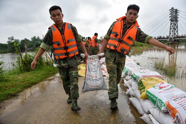 Hà Nội: Hàng trăm bộ đội đắp bao cát bảo vệ đê ở Chương Mỹ - 5