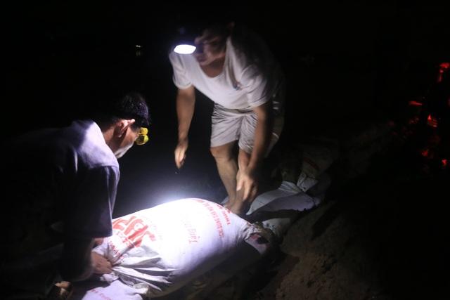 Trước đó, đêm 29/7, hàng trăm người dân huyện Chương Mỹ đã tham gia đóng bao tải cát đắp đê trong đêm.