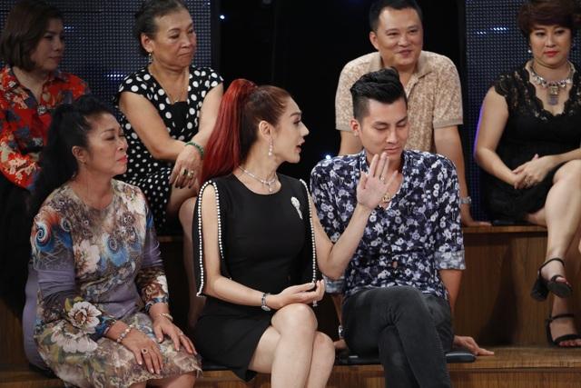 """Ca sĩ chuyển giới Khánh Chi nhận xét Tú Vi """"ích kỉ"""" và cho rằng: """"đàn ông là phải có thú vui""""."""