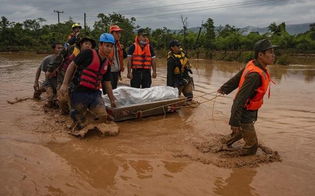 Lực lượng cứu hộ làm việc tại huyện Sanamxai, tỉnh Attapeu (Ảnh: VCG)