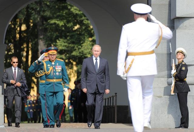 Hơn 40 tàu chiến và 4.000 thủy thủ đại diện cho cho các hạm đội của Hải quân Nga ngày 29/7 đã đổ về sông Neva tại St. Petersburg để tham gia lễ duyệt binh hải quân quy mô lớn kỷ niệm Ngày Hải quân. Tổng thống Vladimir Putin và Bộ trưởng Quốc phòng Nga Sergei Shoigu cũng có mặt để tham dự lễ duyệt binh. (Ảnh: Reuters)