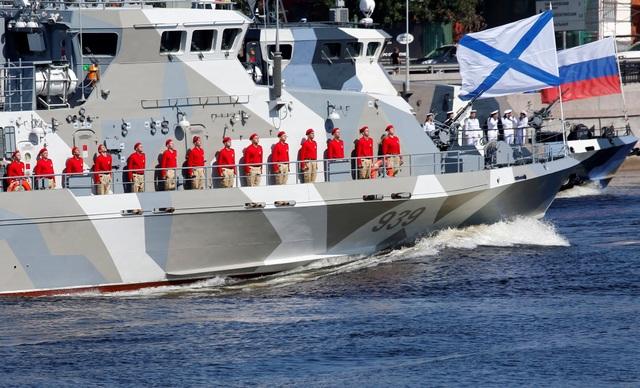 Các thủy thủ đứng trên boong tàu tại lễ duyệt binh ở St. Petersburg. (Ảnh: Reuters)