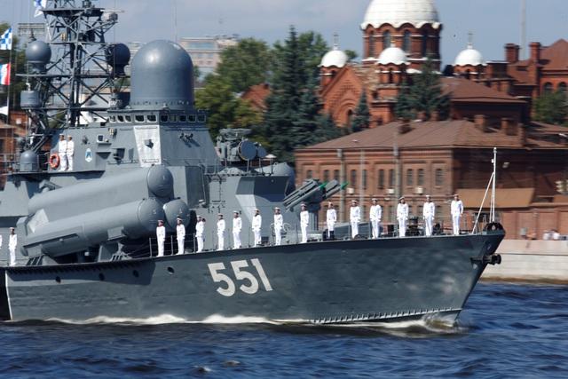Các tàu mới nhất của Hải quân Nga như tàu hộ vệ lớp Gorshkov, tàu hộ vệ lớp Steregushchiy, tàu ngầm diesel và hàng chục tàu tấn công nhanh, tàu đổ bộ cũng được triển khai tới lễ duyệt binh. (Ảnh: Reuters)