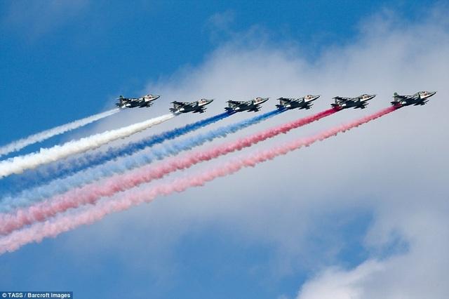 Các máy bay Sukhoi Su-25 nhả khói hình cờ Nga trong lễ duyệt binh. (Ảnh: TASS)
