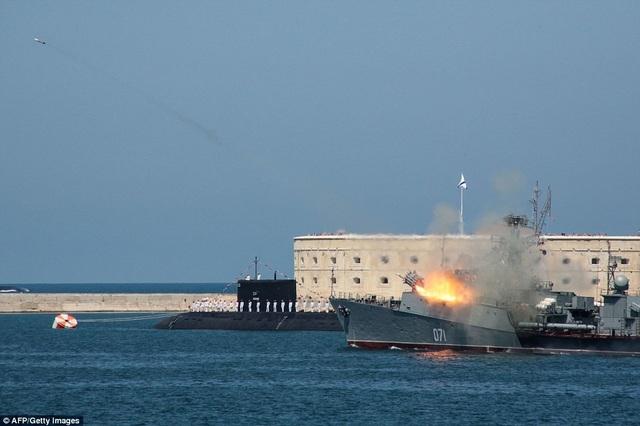 Tàu chiến Nga phóng tên lửa gần một tàu ngầm hạt nhân. (Ảnh: AFP)