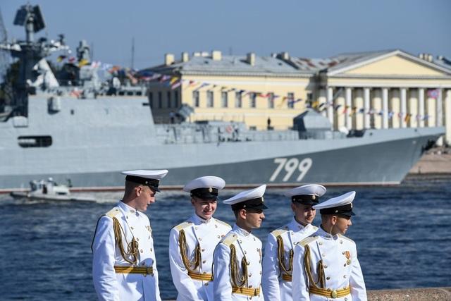 Các thủy thủ trẻ của Hải quân Nga tham gia lễ duyệt binh. (Ảnh: AFP)